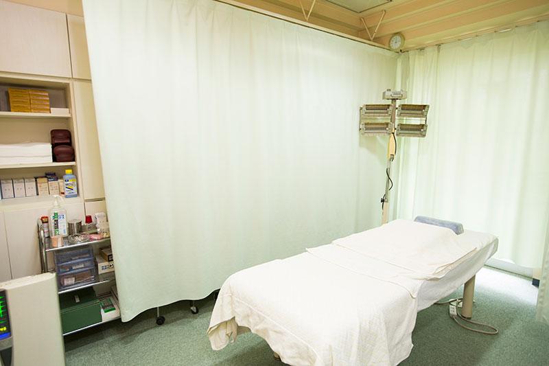 施術室は、白を基調とした明るく清潔な癒やしの空間です。